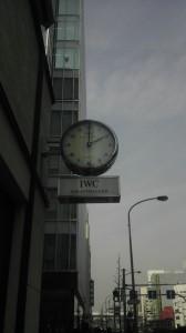 最初の信号の角に時計が。そのまま真っすぐです。